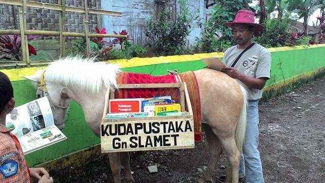 luna-si-kuda-pustaka-keliling-3-desa-di-gunung-slamet-pinjamkan-buku-1505269